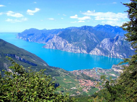 Gorgeous Garda Lake, photo courtesy of www.eurotravelogue.com
